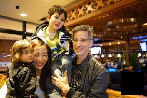 George, a China's German son-in-law: Now, our children's native language is Chinese